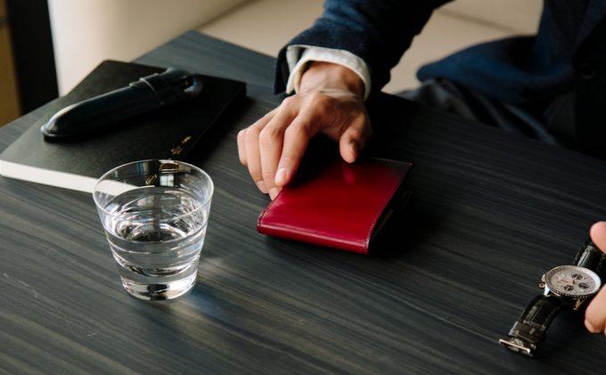 yuhakuの財布を持つ男性