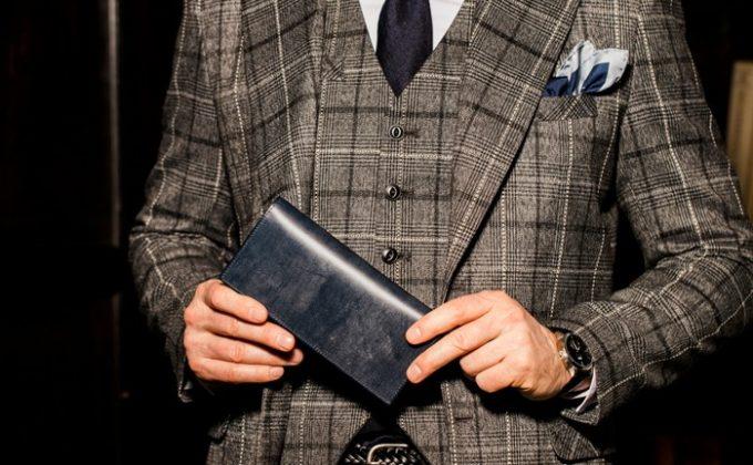 薄型でスーツの内ポケットに収まる財布