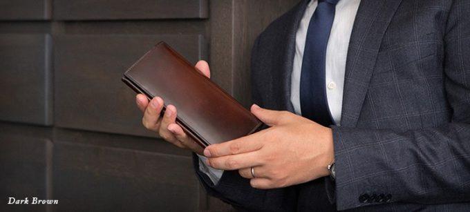 財布を持った男性
