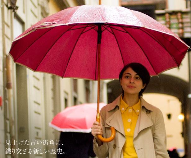 イタリアを歩く女性