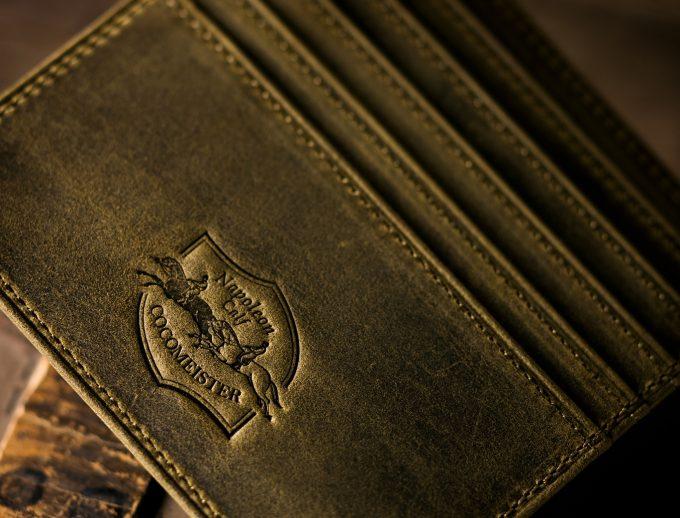 馬のロゴを持つ財布