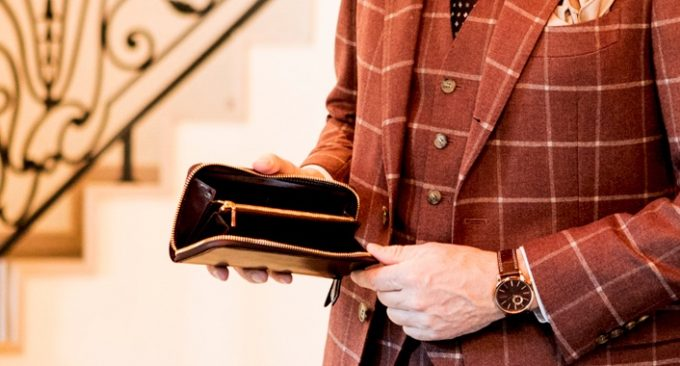 シェルコードバンの革財布を持っている男性