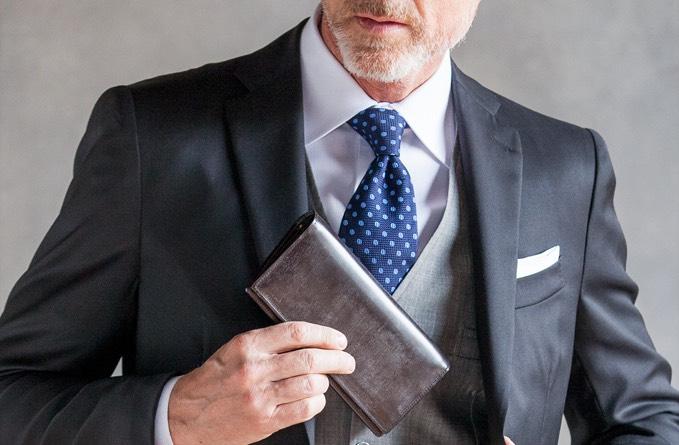 ジョージブライドルバイナリーパースをスーツのポケットに入れる男性