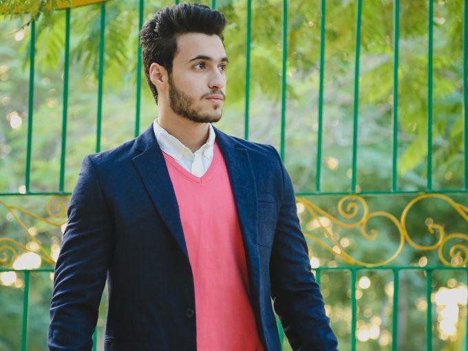 ピンクのシャツを着た男性