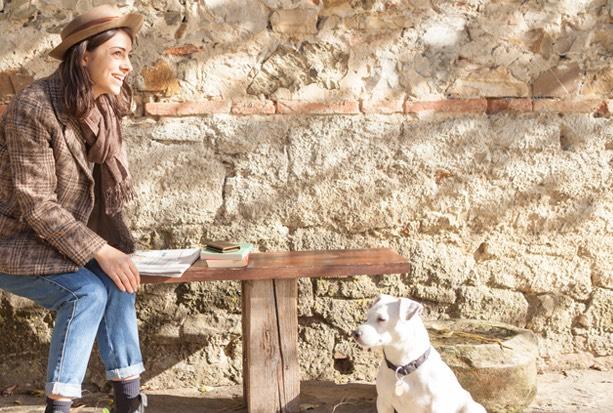 アヤメアンティーコの女性モデルと犬