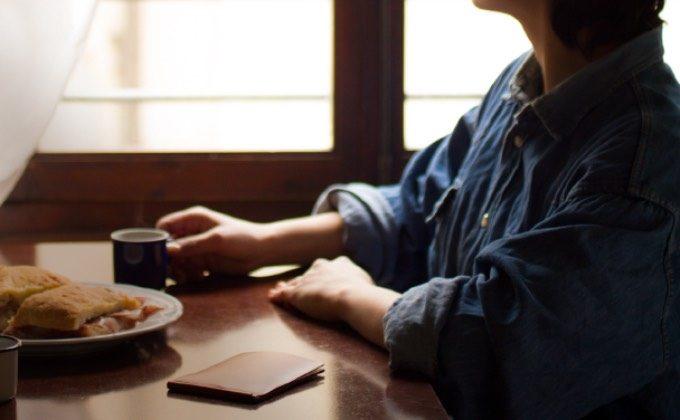 フォルマソルディをテーブルに置く女性
