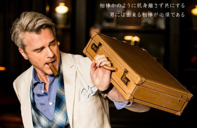 オークバークパディントンを持ち葉巻を吸う男性