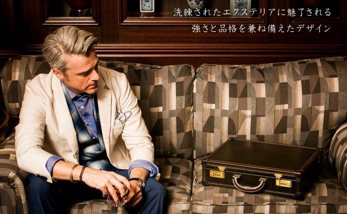 パディントンをソファにおいて眺める男性