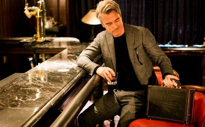 パディントンをバーの椅子に置き眺める男性