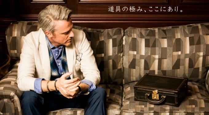 ミニパディントンをソファにおいて眺める男性