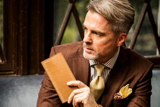 オークバークワイルドビショップ を持つ男性