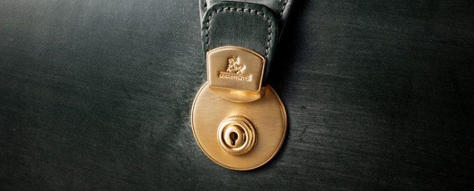 真鍮削り出しのゴールドの鍵前