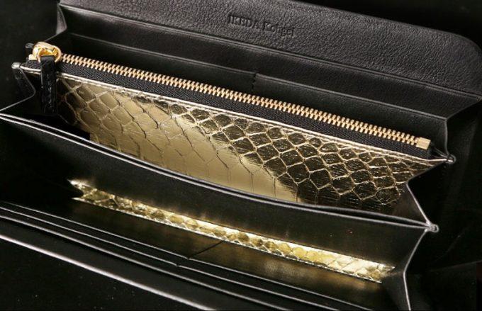 金箔を貼った蛇革財布