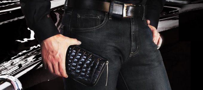 池田の財布を持つ男性