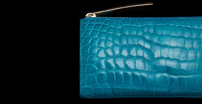 ターコイズ色のクロコダイル革財布