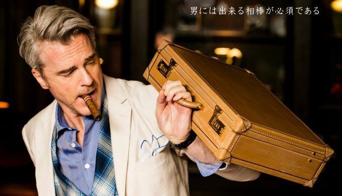 ココマイスターの鞄を持っている男性