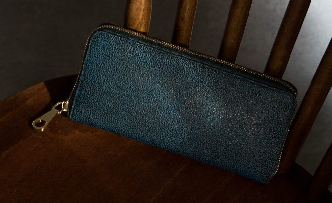 黒いダイヤの粒粒が際立つ革財布