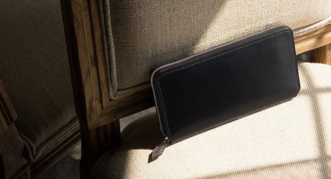 椅子の上に置いてあるブリランテ✕リザードラウンドジップ長財布