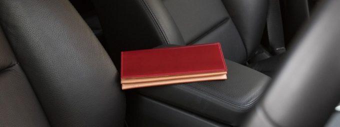自然に閉まる蓋の長財布