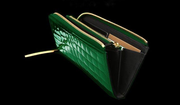 ブライトグリーンの革財布の横の差し色となる牛革