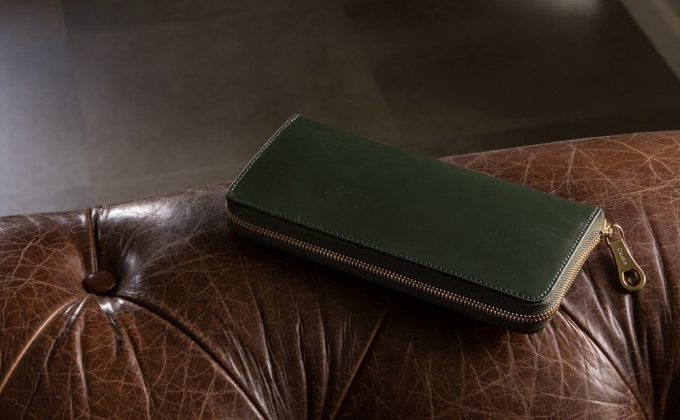 置いてあるブライドルラウンドジップ長財布