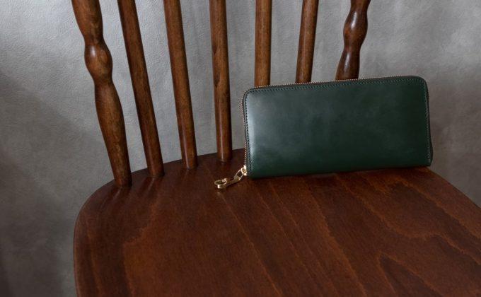 椅子の上に置いてあるブライドルラウンドジップ長財布