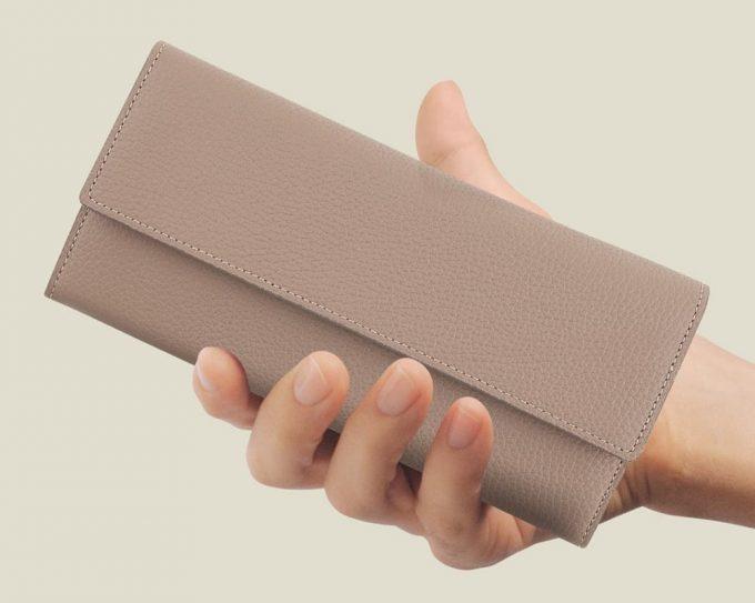 携帯しやすいコンパクトサイズの長財布