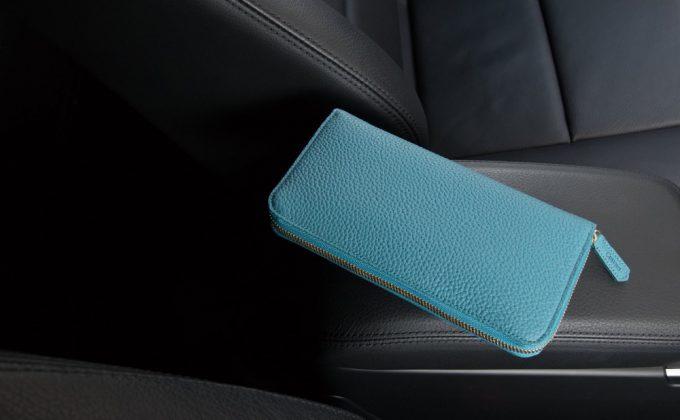 シュランケンカーフラウンドジップ長財布(写真はブルー)