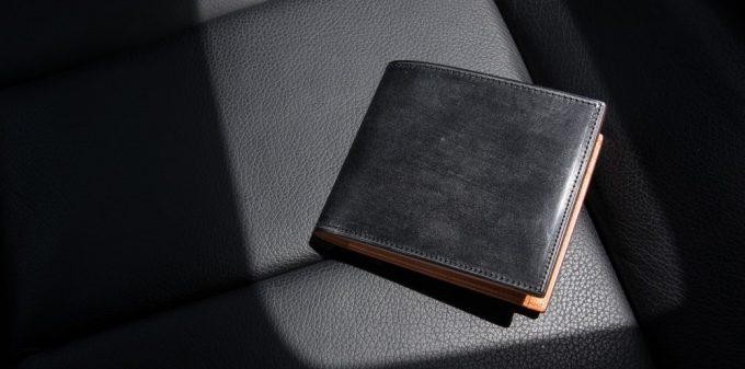 シートの上にあるフェソンブライドル二つ折り財布