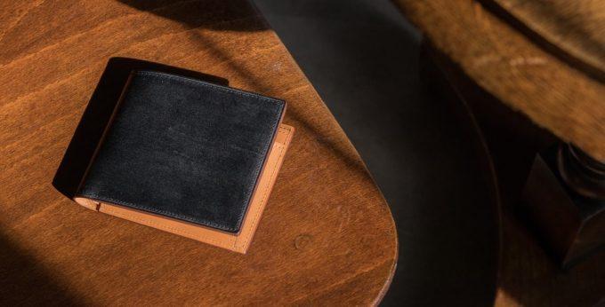 テーブルの上に置いてあるFESONブライドル二つ折り財布小銭入れ付き
