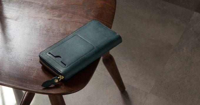 テーブルの上に置いてあるプエブロラウンドジップ長財布