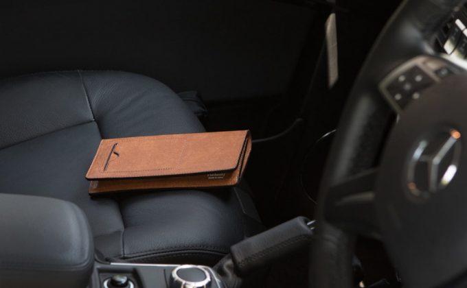 シートの上に置いてあるプエブロ長財布