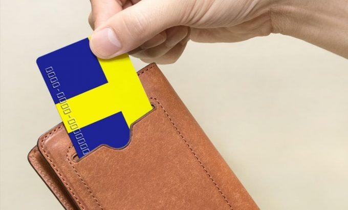 外装のカードポケットにカードを入れる時