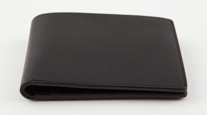厚さ2cmの携帯性の良い薄い二つ折り財布