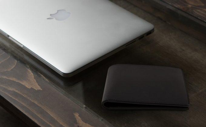 マットブラックの格好良い二つ折り財布