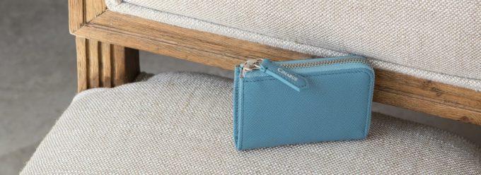 椅子の上に置いてあるノブレッサカーフの財布