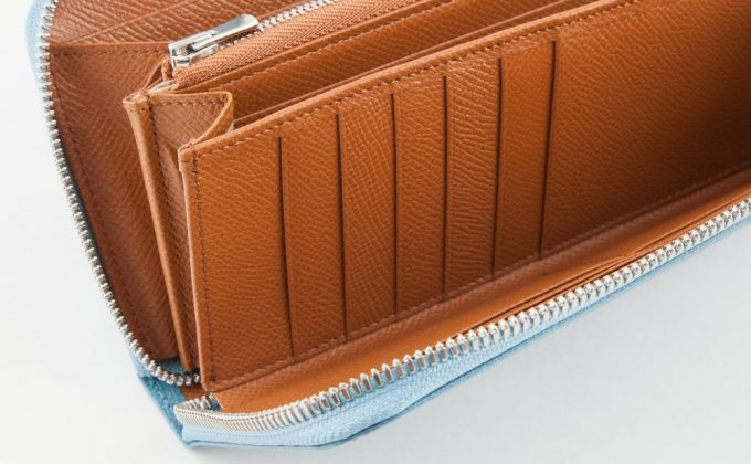 大容量ポケットを持つノブレッサカーフラウンドジップ長財布