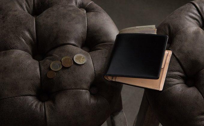 椅子の上に置いてあるアニリン染めコードバン二つ折り財布