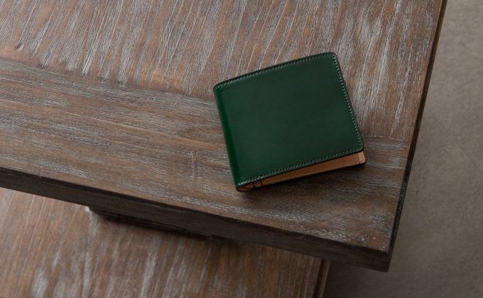 テーブルの上に置いてあるアニリン染めコードバン二つ折り財布