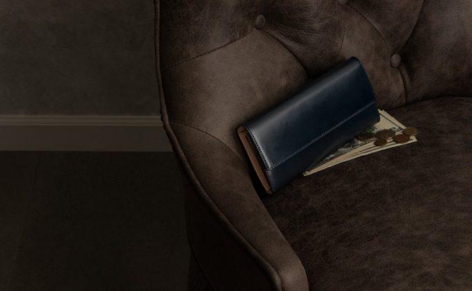 椅子の上に置いてあるアニリン染めコードバンカブセ長財布