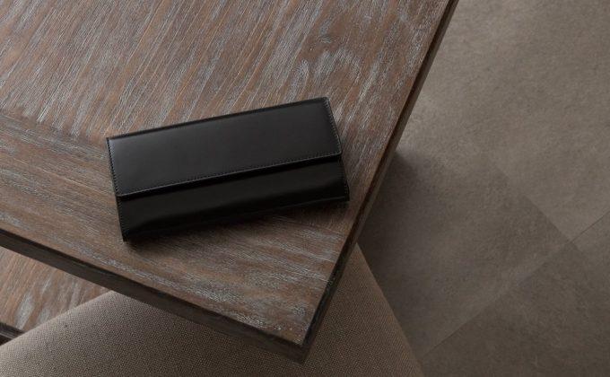 テーブルの上に置いてあるアニリン染めコードバンカブセ長財布