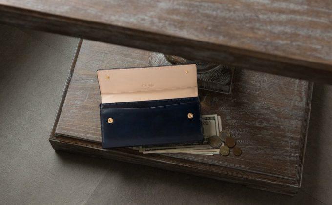 お洒落で珍しいカブセ長財布