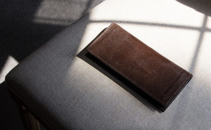 椅子の上に置いてあるリザード小銭入れ無し長財布