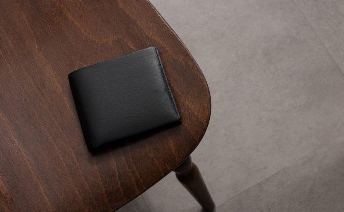 テーブルの上に置いてあるキップ水シボ二つ折り財布