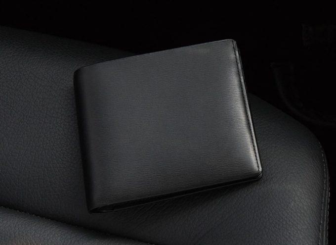 高級感と実用性に優れるキップ水シボ二つ折り財布