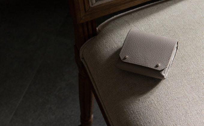 女性も使えるメンズ用二つ折り財布