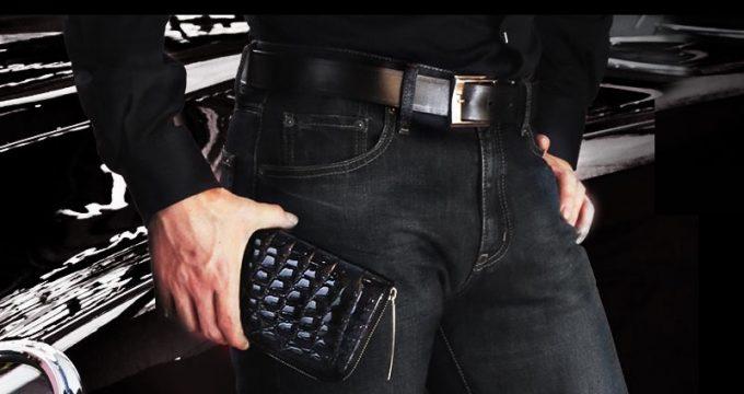 池田工芸のクロコダイル革財布を持つ男性