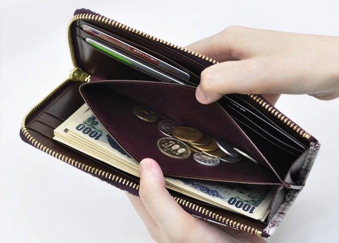 ファスナーが無く小銭がすぐに確認出来る内装の小銭入れ