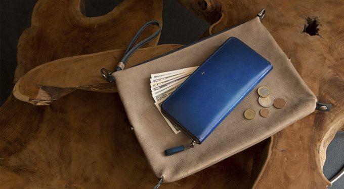 お洒落な青い財布