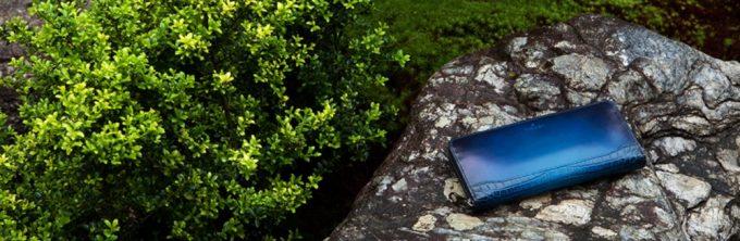 日本の庭に置いてある和モダンの財布